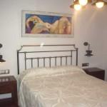 Imagen de una habitación con cama de matrimonio